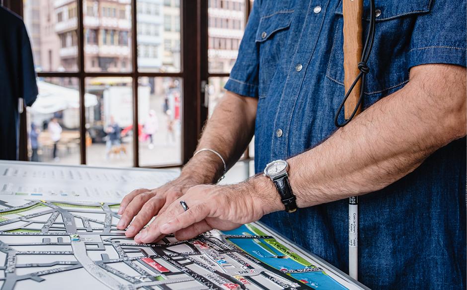 Stadtplan_von_sehbehinderter_Person_erfühlt_©_Andi_Weiland