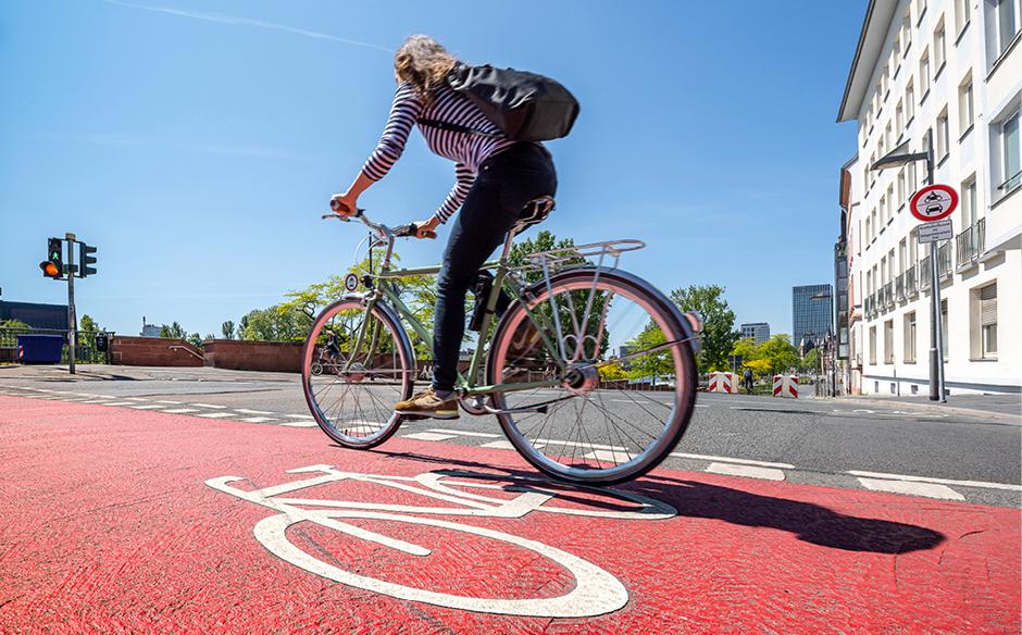 Radfahrerin_auf_rotem_Fahrradstreifen_©_Umweltamt_Frankfurt_am _Main,Foto:Eckhard_Krumpholz