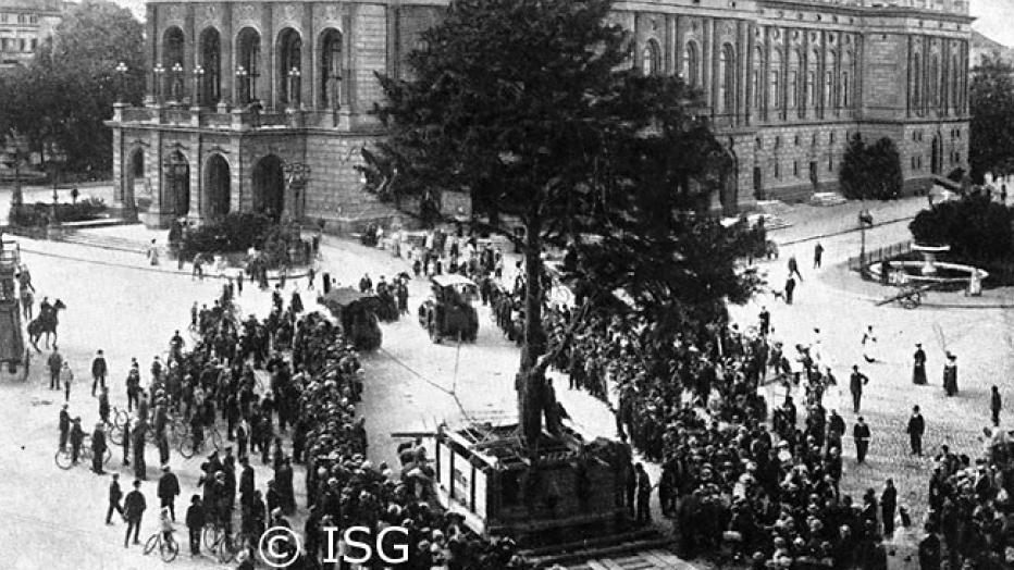 Verpflanzung der Eibe im Jahr 1907 © Institut für Stadtgeschichte